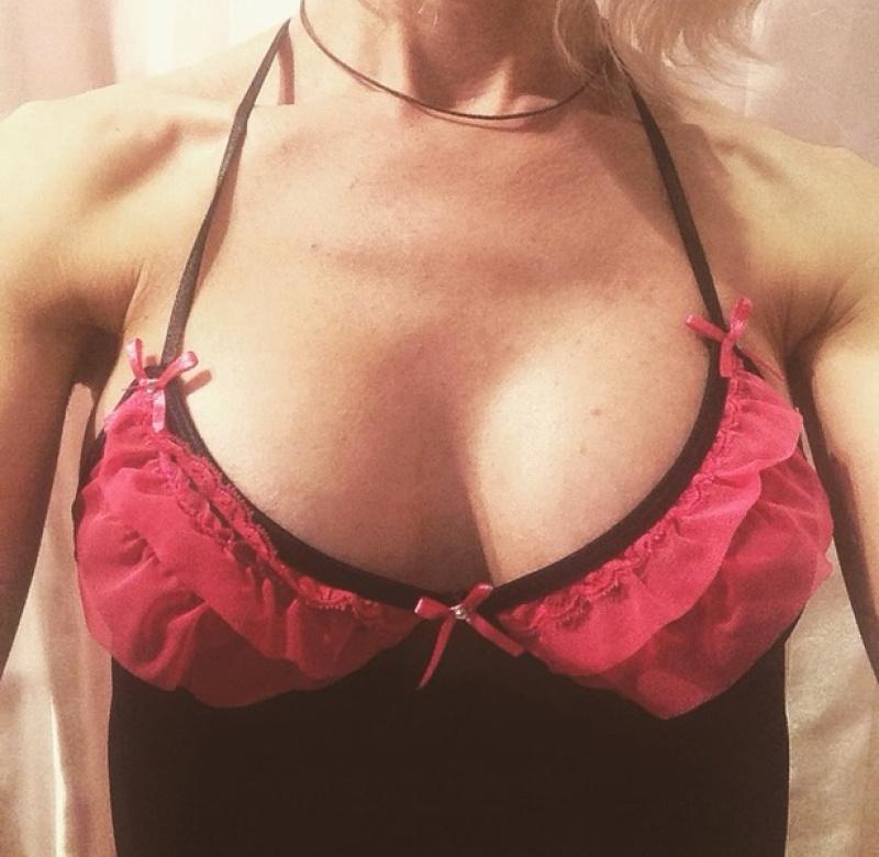 Фото груди в одежде